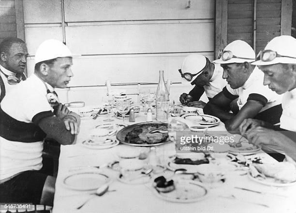 Die deutsche Mannschaft beim Essen vor derAbfahrt in Perpignan wahrscheinlich 1931