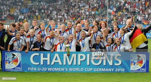 Deutschland NordrheinWestfalen Bielefeld FIFA U20FrauenWM Deutschland 2010 Finale Deutschland Nigeria 20 die deutsche Mannschaft jubelt ueber den...