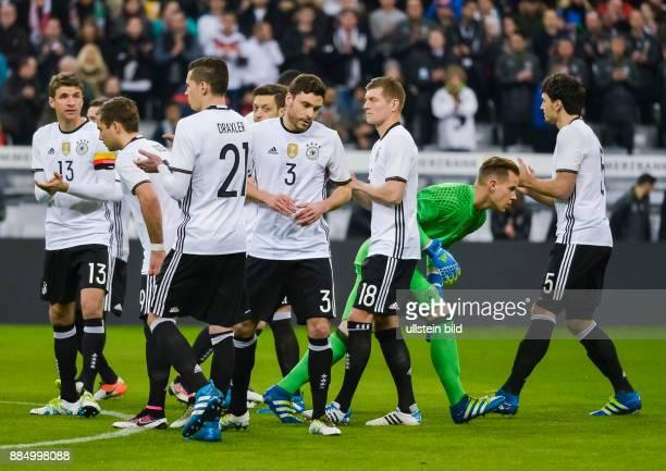 Die deutsche Nationalmannschaft nach der Schweigeminute fuer Johan Cruyff waehrend dem Fussball Laenderspiel Deutschland gegen Italien in der Allianz...