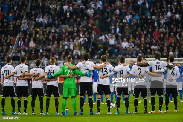 Die deutsche Nationalmannschaft steht geschlossen bei der Schweigeminute fuer Johan Cruyff zusammen waehrend dem Fussball Laenderspiel Deutschland...