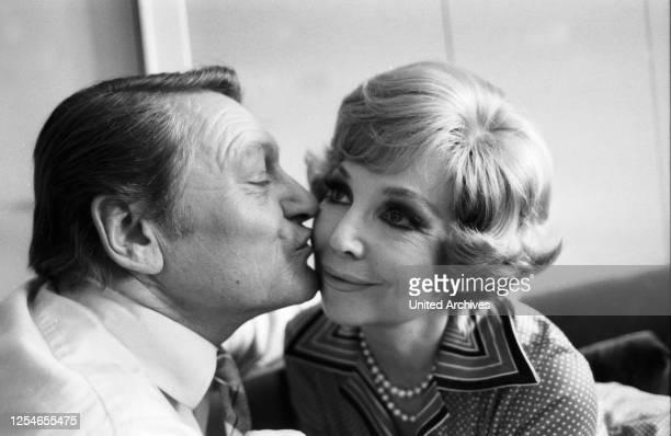 Die deutsche Opernsängerin Anneliese Rothenberger mit Ehemann Gerd Wendelin Dieberitz, Deutschland 1970er Jahre.