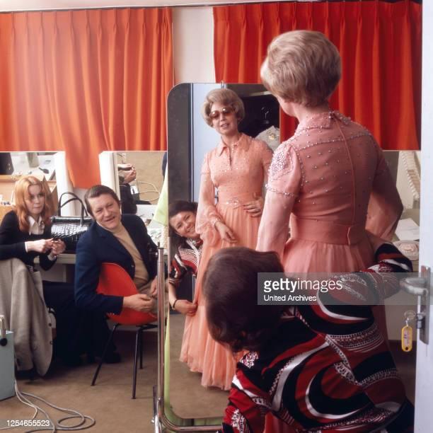 Die deutsche Opernsängerin bei der Anprobe bei ihrer Schneiderin, Deutschland 1970er Jahre.