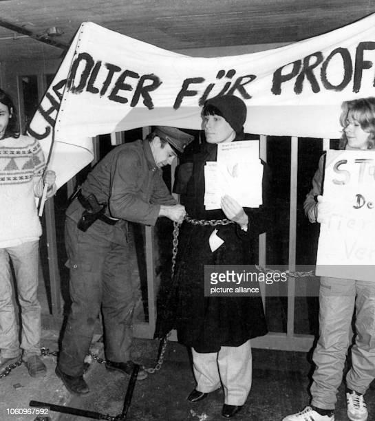 Die deutsche Schauspielerin Barbara Rütting die sich am 9111982 mit weiteren Tierschützern mit einer eisernen Kette an das Tor des Pharmaunternehmens...