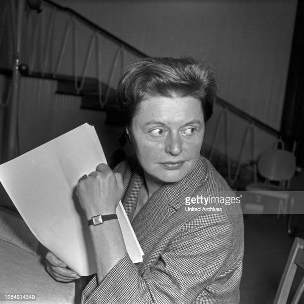 Die deutsche Schauspielerin Gisela von Collande beim NDR in Hamburg, Deutschland 1950er Jahre.