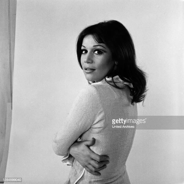 Die deutsche Schauspielerin Hannelore Elsner bei einem Shooting, Ende 1960er Jahre.