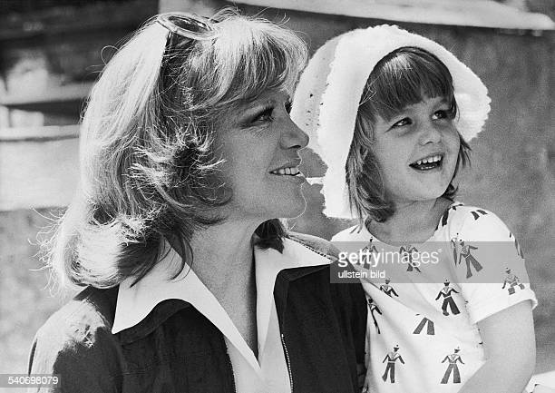 Die deutsche Schauspielerin Hildegard Knef eine Sonnenbrille in den Haaren in Seitenansicht mit ihrer vierjährigen Tochter Christina Antionia 'Tinta'...