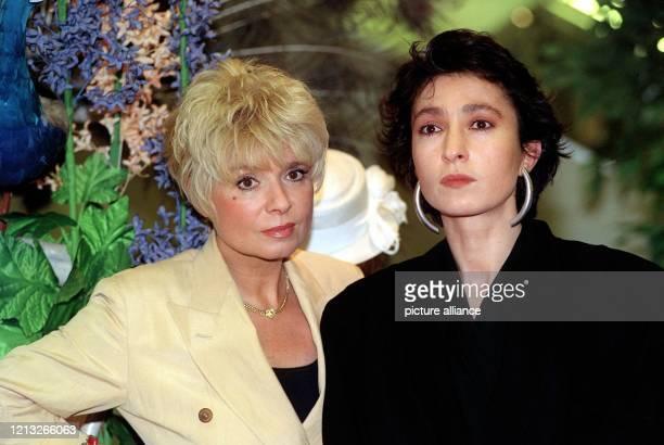 """Die deutsche Schauspielerin Ingrid Steeger und ihre Kollegin Renan Demirkan 1991 in einer Szene der ZDF-Fernsehserie """"Der Große Bellheim"""" . Ingrid..."""