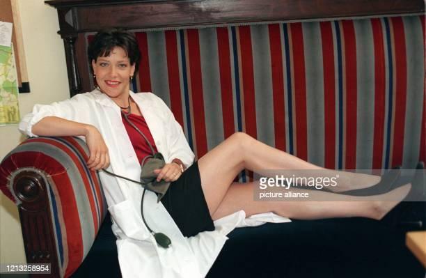 Die deutsche Schauspielerin Janina Hartwig am 371998 in München während Dreharbeiten zu der ARDSerie Bei aller Liebe Sie spielt die Ärztin Sarah...