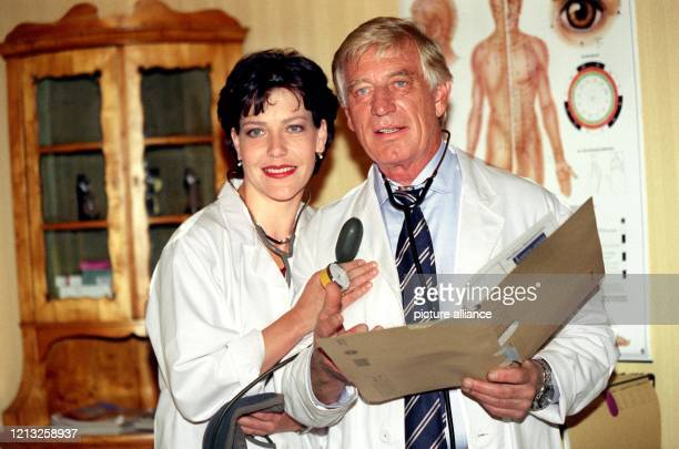Die deutsche Schauspielerin Janina Hartwig und ihr Kollege Siegfried Rauch am 371998 in München während Dreharbeiten zu der ARDSerie Bei aller Liebe...