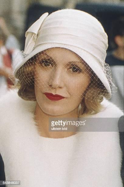 Die deutsche Schauspielerin Katja Flint spielt die Rolle der Marlene Dietrich in dem Film Marlene Sie trägt einen weißen Hut der zwanziger Jahre mit...