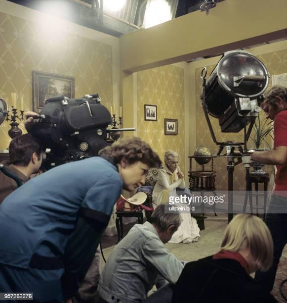 Die deutsche Schauspielerin Lilli Palmer bei Dreharbeiten zum DEFAFilm Lotte in Weimar der 1974/75 an Originalschauplätzen in der Klassikerstadt...