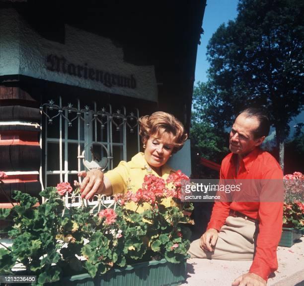 Die deutsche Schauspielerin mit ihrem Lebensgefährten Horst Fehlhaber. Die beiden verbringen einen Erholungsurlaub im Sanatorium Block. Aufgenommen...