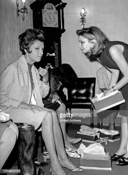 Die deutsche Schauspielerin Nadja Tiller beim Schuhkauf, Italien 1960er Jahre.