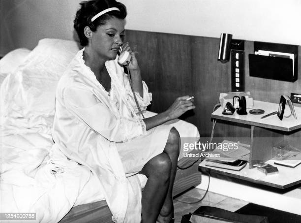 Die deutsche Schauspielerin Nadja Tiller in ihrem Bett im Hotelzimmer, Italien 1960er Jahre.