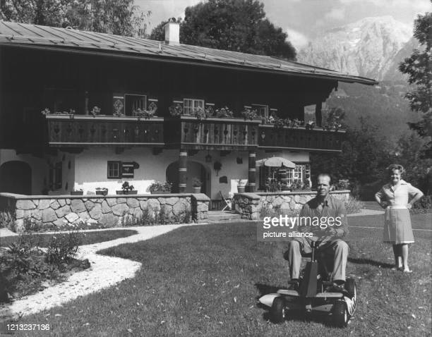 Die deutsche Schauspielerin steht im Garten vor ihrem Haus in der Berchtesgardener Bergwelt. Links ihr Lebensgefährte, der frühere Chefkameramann...