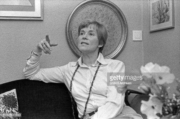 Die deutsche Schauspielerin, Synchron- und Hörspielsprecherin Marianne Kehlau sitzt für ein Interview im Wohnzimmer, Hamburg Ende 1970er Jahre.