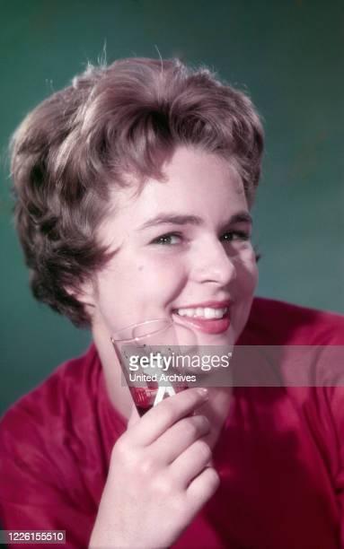 Die deutsche Schauspielerin und Sängerin Cornelia Froboess Deutschland 1950er Jahre Studioaufnahme für den Film Wenn die Conny mit dem Peter 1958...