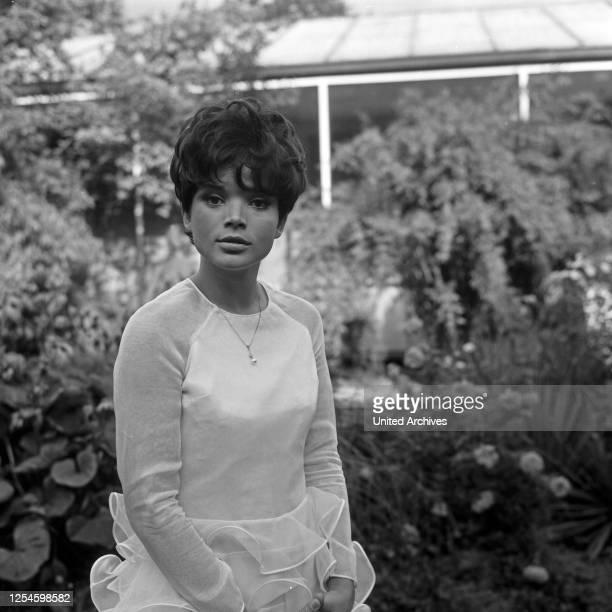 """Die deutsche Schauspielerin Uschi Glas als Sängerin im Garten vor der TV Sendung """"Musik aus Studio B"""", Deutschland 1960er Jahre."""
