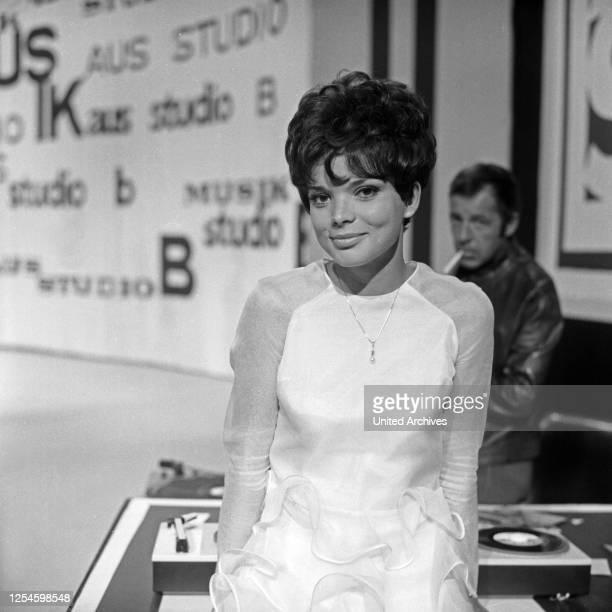 """Die deutsche Schauspielerin Uschi Glas als Sängerin in der TV Sendung """"Musik aus Studio B"""" mit Chris Howland, Deutschland 1960er Jahre."""
