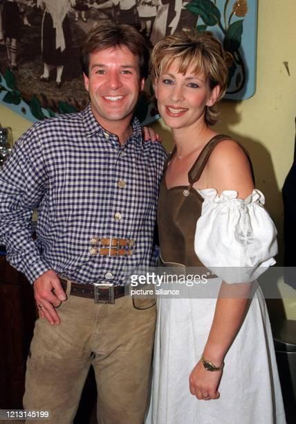 Die deutsche Schlagersängerin Claudia Jung und ihr Kollege Patrick Lindner stehen am Abend des 1991999 beim VIPWies'nTreff in der Ochsenbraterei auf...