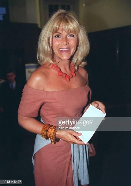 Die deutsche Schlagersängerin Lena Valaitis kommt am Abend des 14.9.1999 mit ihrer Einladungskarte in der Hand zu einer Modenschau ins Münchner...