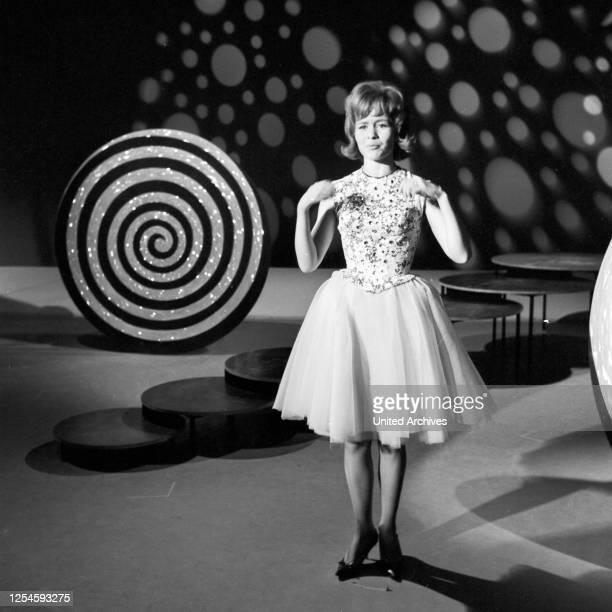 """Die deutsche Schlagersängerin Monika Grimm in der Fernsehshow """"Musik, Musik, Musik"""", Anfang der 1960er Jahre."""