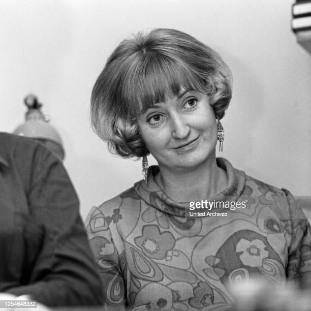 Die deutsche Schriftstellerin, Regisseurin und Psychotherapeutin Erika Runge, Deutschland 1960er Jahre.