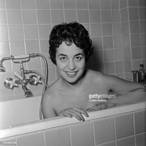 Die deutsche sitzt im Badezimmer in der Badewanne Deutschland 1950er Jahre