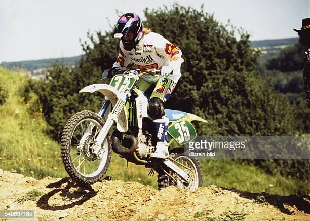 Die deutsche Skiläuferin Katja Seizinger fährt Motocross Aufgenommen um 1994