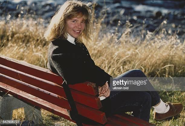 Die deutsche Skiläuferin Katja Seizinger sitzt auf einer Bank Aufgenommen um 1996