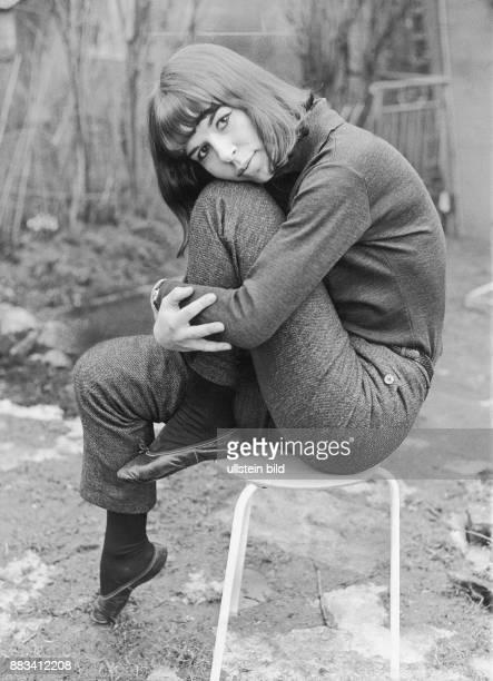 Die deutsche Sängerin Alexandra vor Beginn ihrer Karriere Damals hieß sie noch Doris Alexandra Nefedov und ließ sich von Margot Höpfner an der...