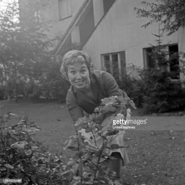 Die deutsche Sängerin Anneliese Rothenberger im Garten, Deutschland 1950er Jahre.