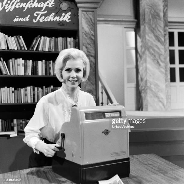"""Die deutsche Sängerin Maria Brockderhoff in der Fernsehshow """"Musik, Musik, Musik"""", Anfang der 1960er Jahre."""