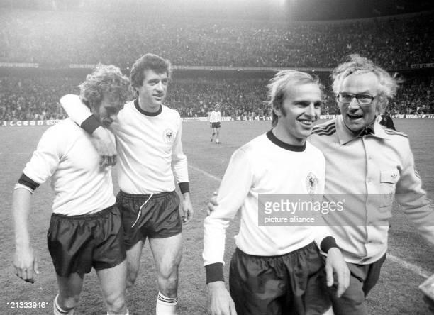 Die deutsche Spieler Rainer Bonhof, Bernd Cullmann und Erich Beer verlassen mit Betreuer Heinz Dahn bei Spielende zufrieden das Feld. Die deutsche...