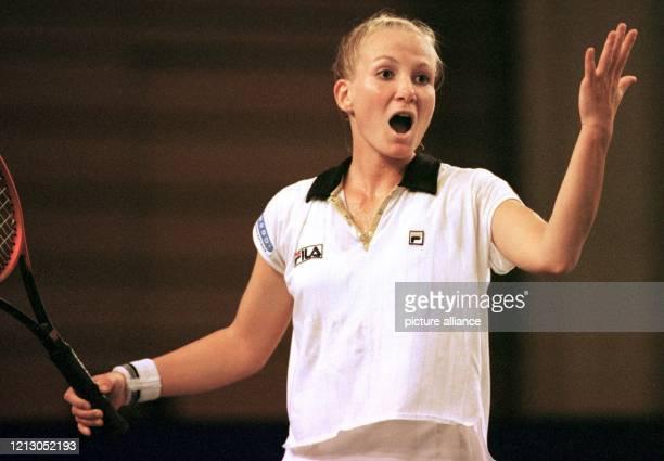 Die deutsche Tennisspielerin Andrea Glass aus Darmstadt ärgert sich am 18.4.1998 in der Saarbrücker Saarlandhalle nach einem verschlagenen Ball im...