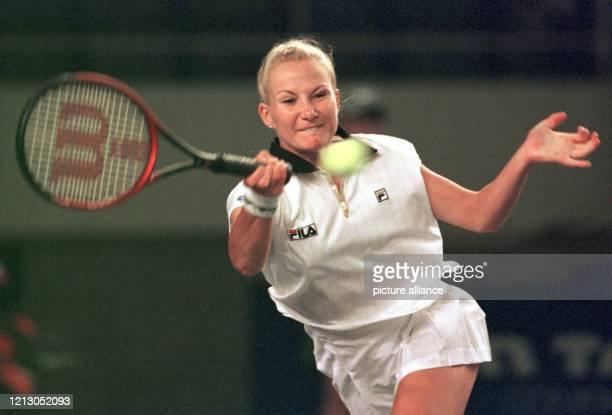 Die deutsche Tennisspielerin Andrea Glass schlägt am 19.4.1998 in Saarbrücken in ihrem Spiel gegen die Spanierin Conchita Martinez einen Vorhandball....