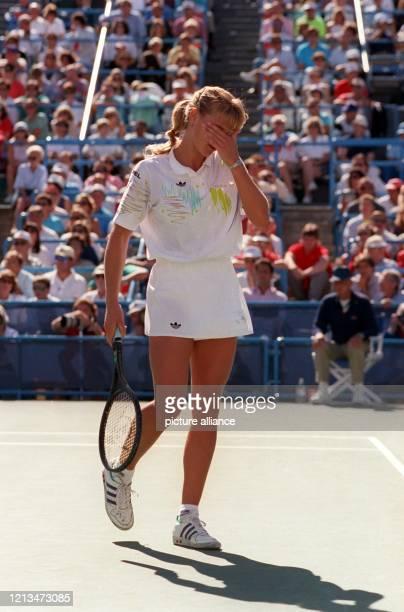 Die deutsche Tennisspielerin Steffi Graf zeigt sich tief enttäuscht. Sie verliert am 8.9.1990 in Flushing Meadow das Endspiel der US-Open gegen die...