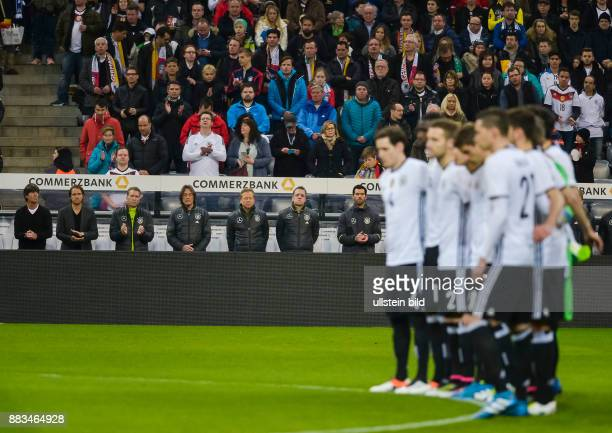 Die deutsche Trainerbank bei der Schweigeminuten fuer Johan Cruyff vor dem Fussball Laenderspiel Deutschland gegen Italien in der Allianz Arena am...