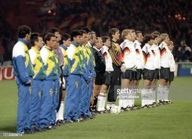 Die deutsche und die brasilianische Fußballnationalmannschaft beim Hören der Hymnen am im Köln-Müngersdorfer Stadion. Die Elf der Gastgeber gewinnt...