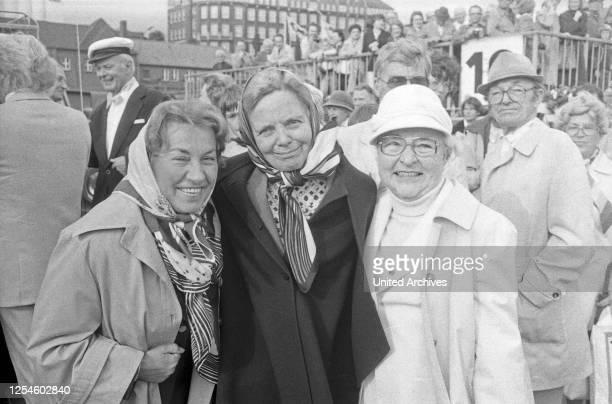 """Die deutsche Volksschauspielerin Heidi Kabel feiert ihren 65 Geburtstag an Bord des HADAG-Schiffes """"St. Pauli"""" in Hamburg, hier mit Hilde Sieks und..."""