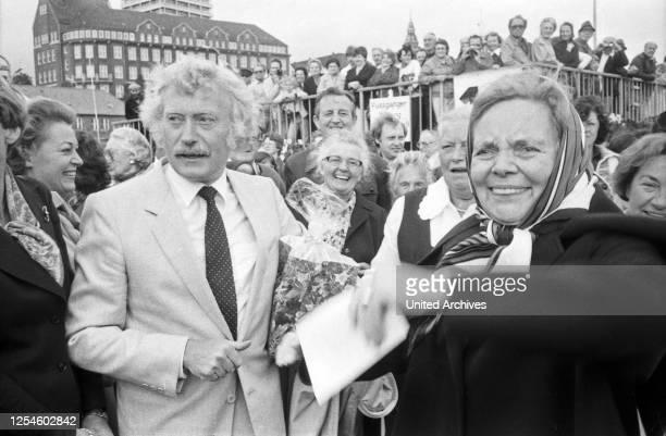 """Die deutsche Volksschauspielerin Heidi Kabel feiert ihren 65 Geburtstag an Bord des HADAG-Schiffes """"St. Pauli"""" in Hamburg, hier mit Konrad Hausen,..."""