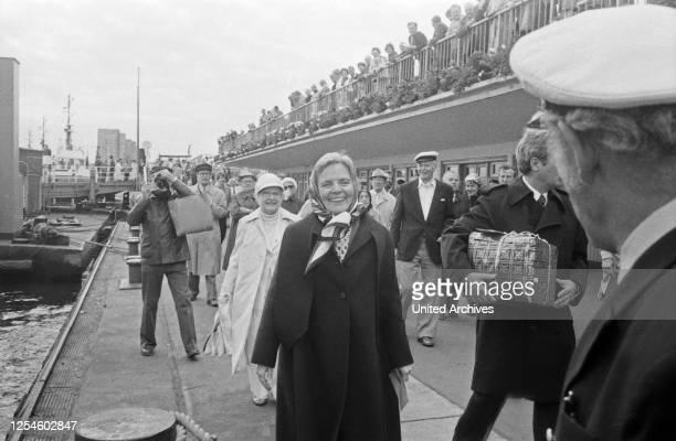 """Die deutsche Volksschauspielerin Heidi Kabel feiert ihren 65 Geburtstag an Bord des HADAG-Schiffes """"St. Pauli"""" in Hamburg, hiergeht sie gerade über..."""