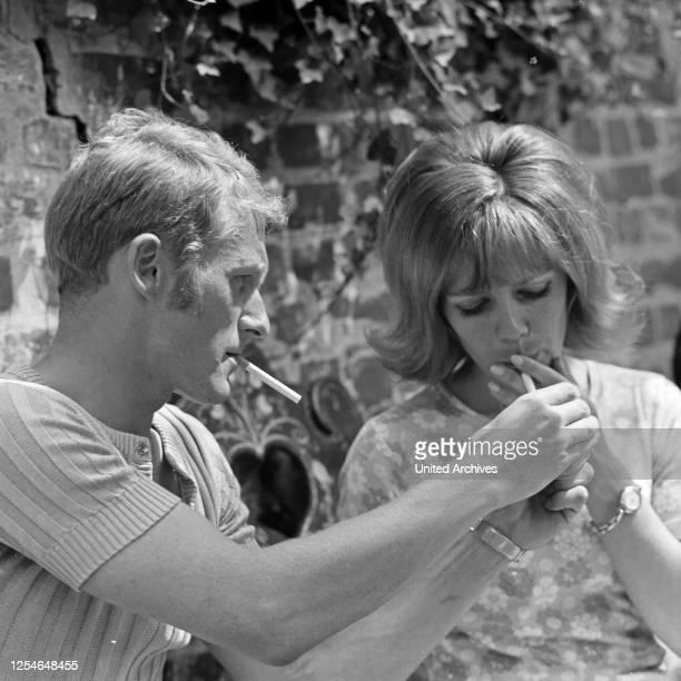 Die deutsche Volksschauspielerin Heidi Mahler mit Ehemann Klaus Wischmann, Deutschland 1960er Jahre.