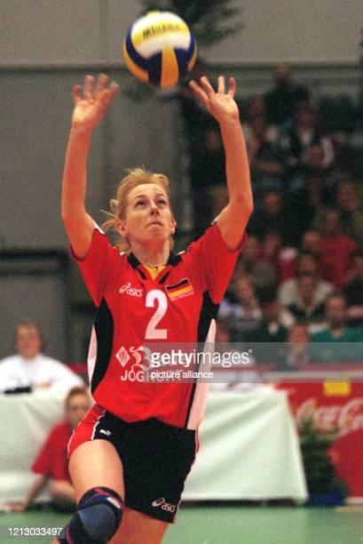 Die deutsche VolleyballNationalspielerin Beatrice Dömeland ist am 711999 beim Bremer Länderturnier im Spiel gegen Polen in Aktion Die 180 m große...