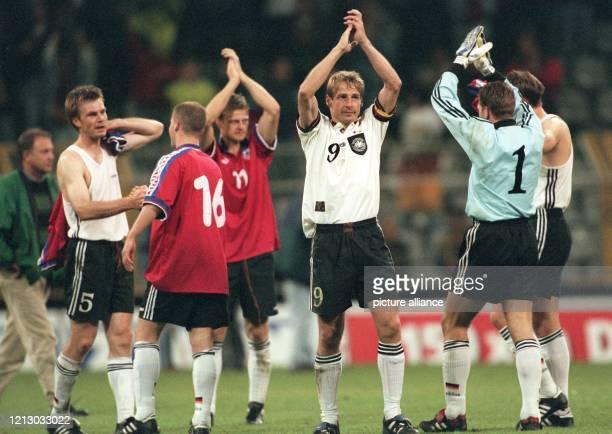 Die deutschen Fußball-Nationalspieler schlagen erleichtert die Hände über den Kopf zusammen, klatschen und grüßen am 10.9.1997 im Dormunder...