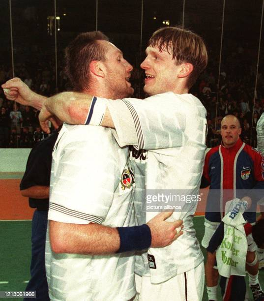 Die deutschen HandballNationalspieler Steffen Weber und Christian Schwarzer liegen sich vor Freude in den Armen Die deutsche Nationalmannschaft...