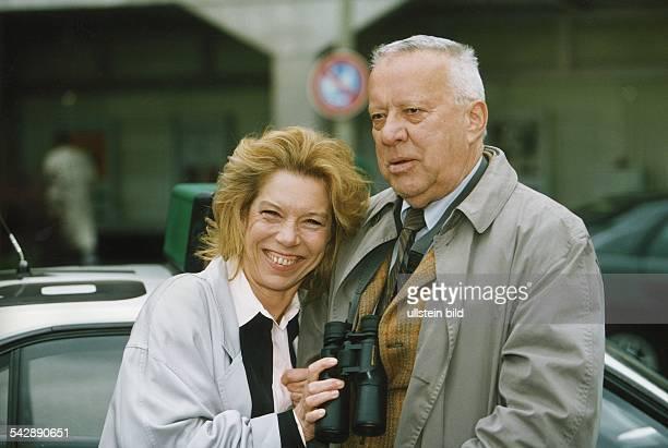 Die deutschen Schauspieler Heinz Baumann und Evelyn Hamann während der Dreharbeiten zur Fernsehserie 'Adelheid und ihre Mörder' Heinz Baumann trägt...