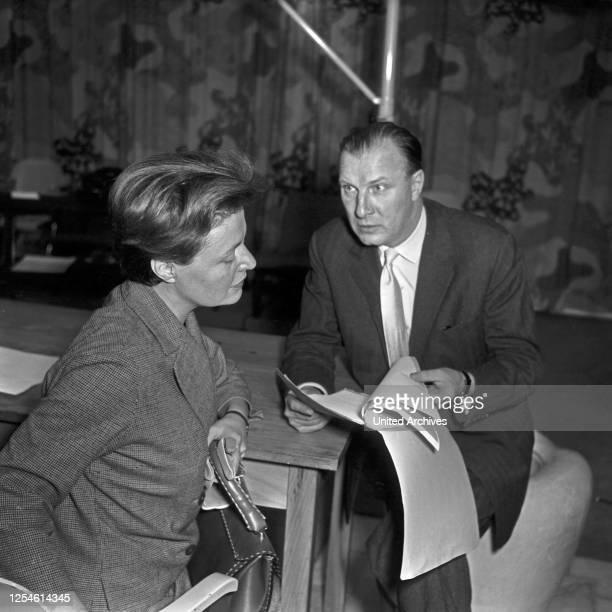 Die deutschen Schauspieler Martin Held und Gisela von Collande beim NDR in Hamburg, Deutschland 1950er Jahre.