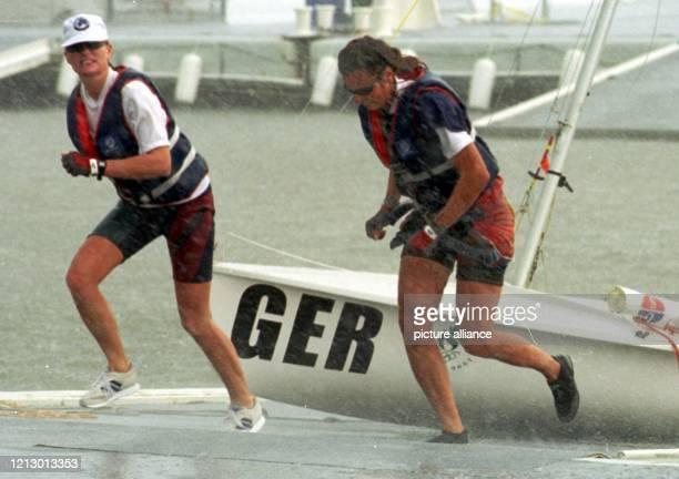 Die deutschen Seglerinnen Susanne Bauckholt und Kathrin Adlhofer fluechten am Donnerstag nach der letzten Regatta in der Klasse 470 im Day Marina in...
