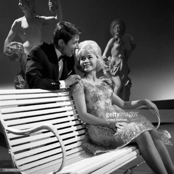 """Die deutschen Sänger Beate Granzow und Udo Jürgens in der TV Show """"Musik, Musik, Musik"""", Anfang 1960er Jahre."""